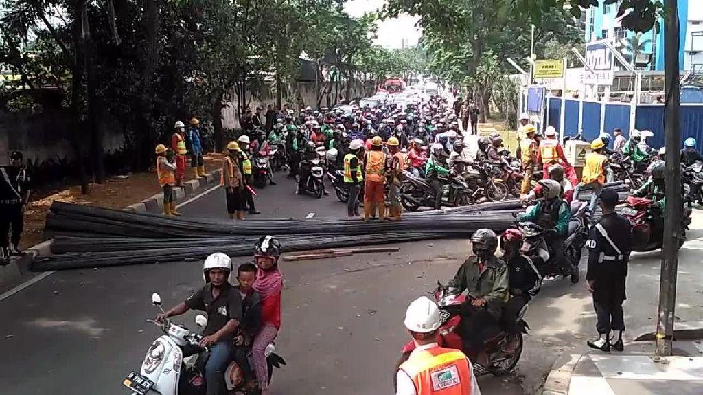 Ada Besi Melintang di Jalan TB Simatupang, Lalin Macet