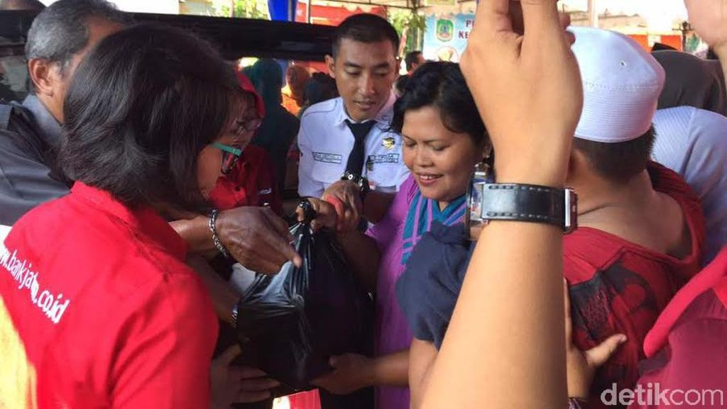 Rutin Gelar Pasar Murah, Risma Jamin Surabaya Tak Ada Kenaikan Harga