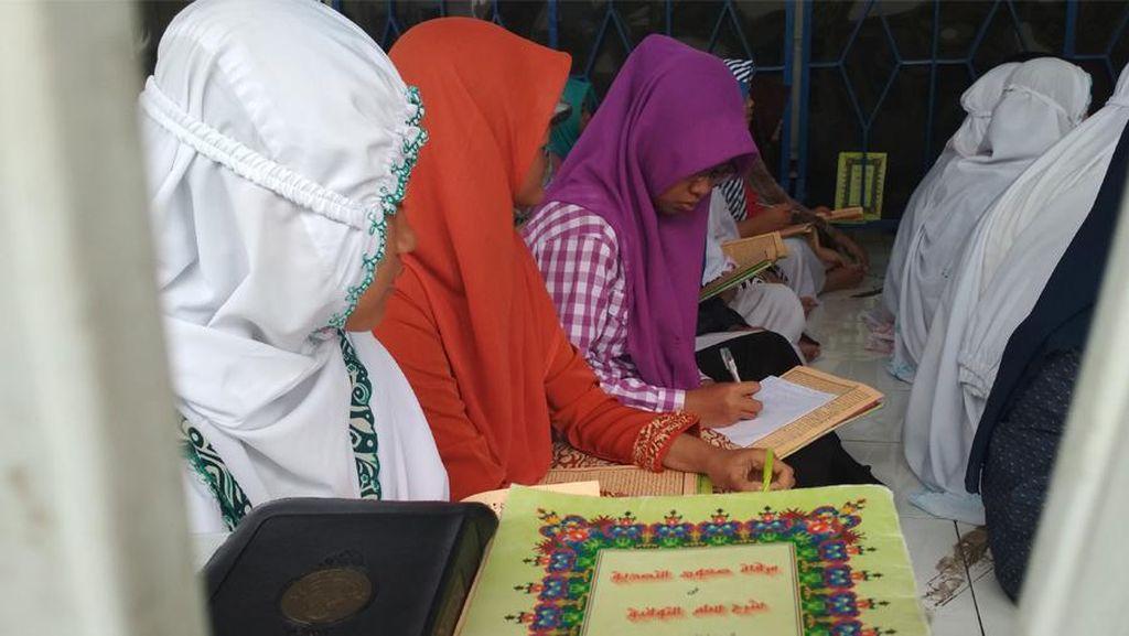 Bentengi Akhlak dengan Mengaji Kitab Kuning di Ponpes Raden Paku