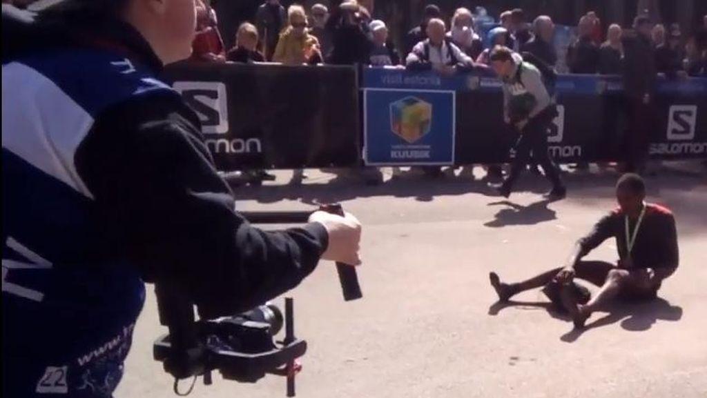 Cuma Pakai Kaos Kaki, Pria Ini Berhasil Menangkan Maraton 23 Km