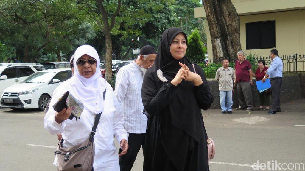 Istri Ustad Al Habsyi Tersenyum Jalani Pemeriksaan Dugaan Perampasan di Polda
