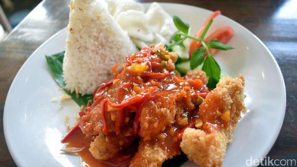 Summerbird: Mantap! Nasi Ayam Garo Rica Berlumur Saus Merah yang Pedas