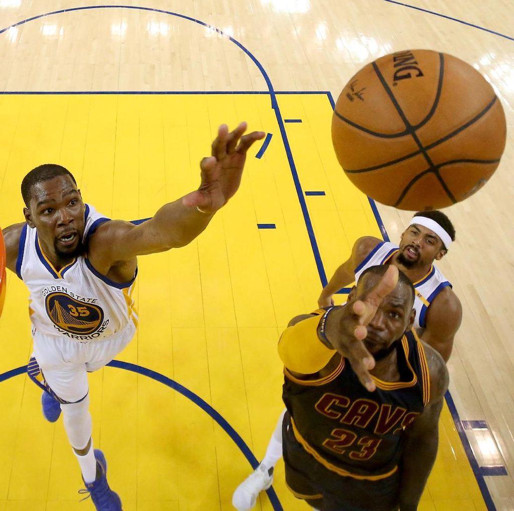 Durant dan Curry Pimpin Warriors Gasak Cavs di Gim Pertama