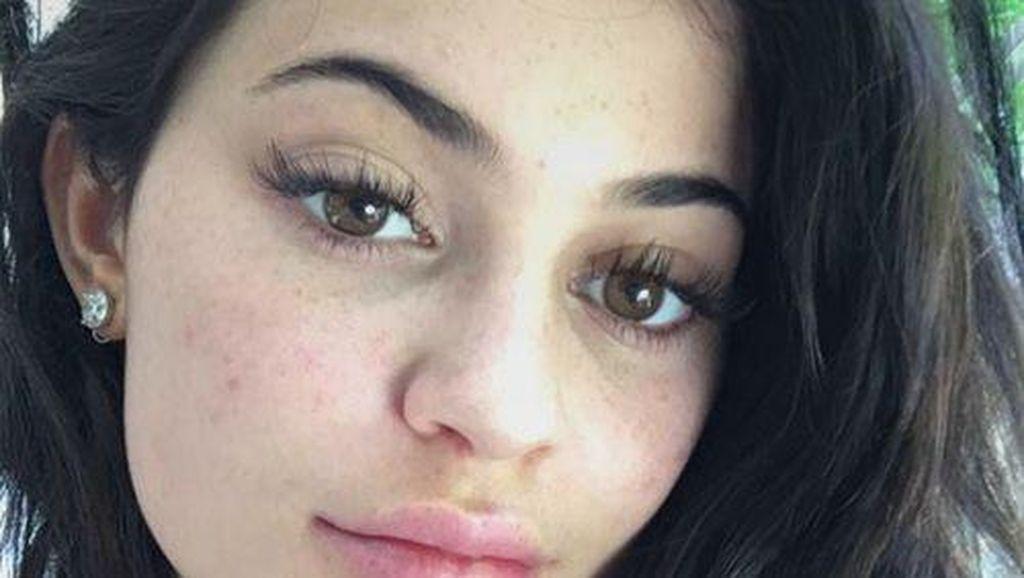 Rilis Baju Renang Seksi, Kylie Jenner Dituduh Plagiat Label Ini