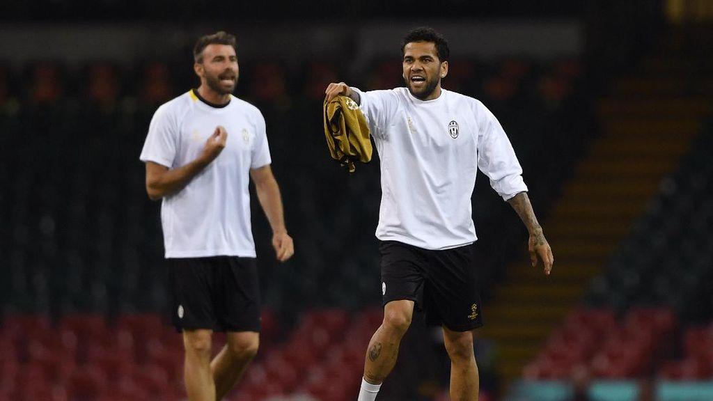 Buffon Manfaatkan Alves untuk Panaskan Langit Cardiff