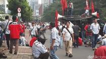 Massa Demonstran Tutup Jalur Lambat di Jalan HR Rasuna Said