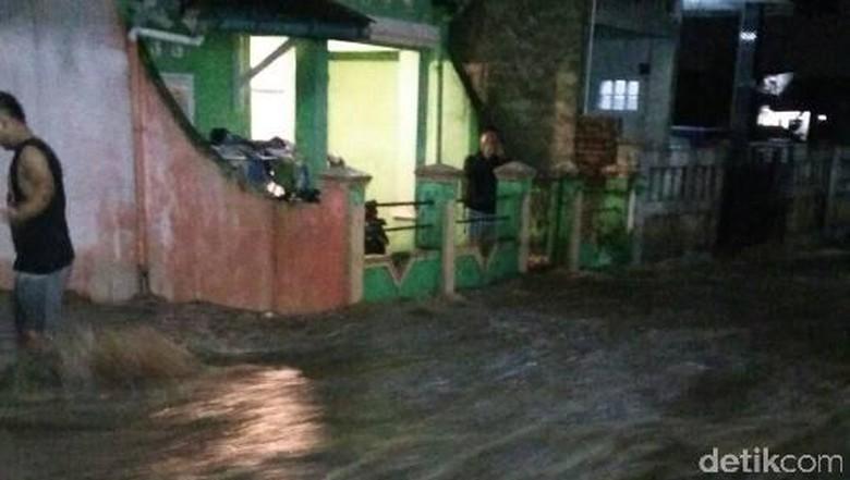 Hujan Guyur Garut Sejak Senin - Garut Hujan yang terus menerus mengguyur wilayah Kabupaten Jawa sejak Senin sore menyebabkan sejumlah rumah terendam satunya terjadi