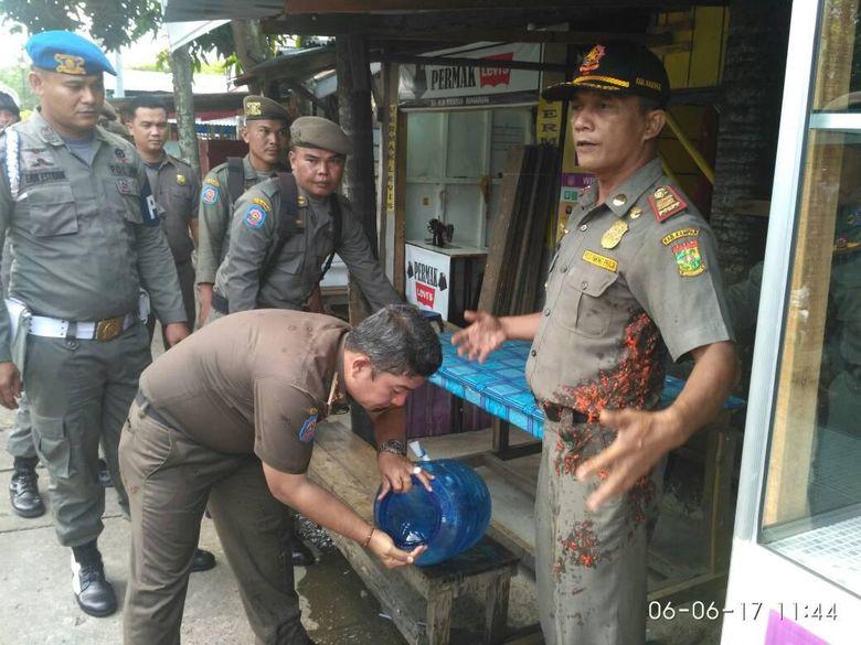 Tak Terima Dirazia, Pemilik Warung Makan Siram Sambal ke Satpol PP
