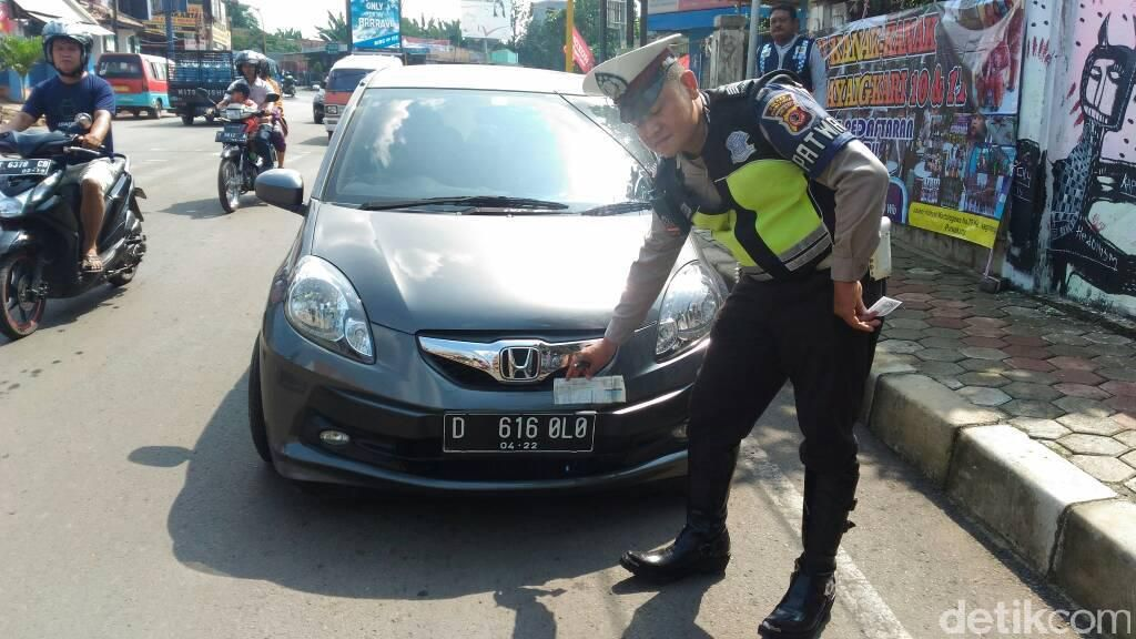 Pakai Pelat Nomor Palsu Gigolo, Pengendara Mobil Ditilang