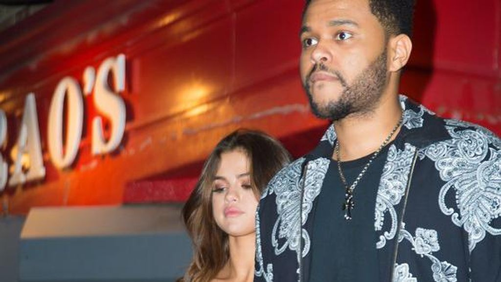 Unch! The Weeknd Peluk Mesra Selena Gomez saat Main Game