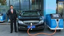 Jonan Mejeng di Depan Mobil Listrik Buatan China