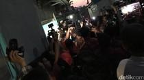 Jokowi Bagi-bagi Sembako di Desa Cibuluh Bogor