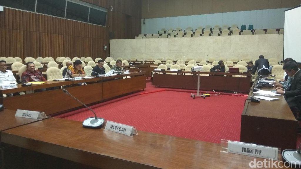 Pansus Angket KPK Rapat Perdana, Desmond Cek Surat dari Miryam
