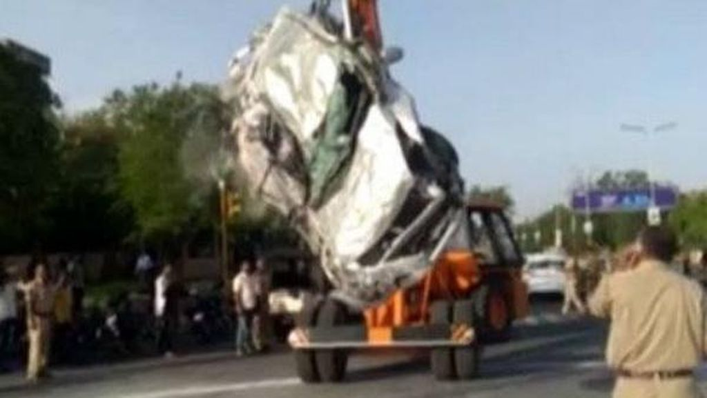 Mobil Gepeng Tertimpa Truk Garam