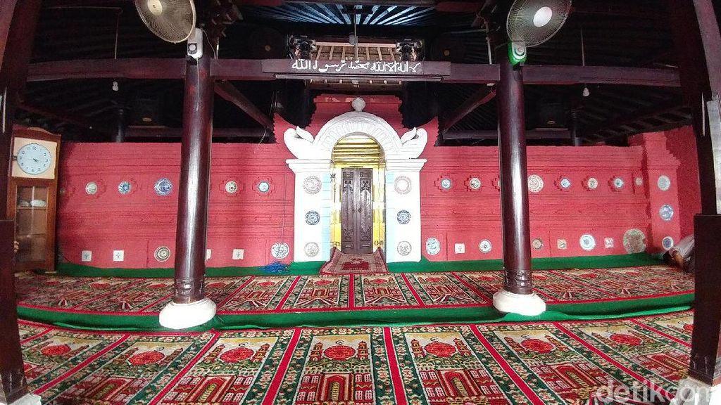 Unik! Masjid Kuno di Cirebon Ini Serba Merah