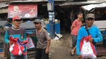 Jokowi Bagi-bagi Sembako ke Tukang Becak di Tasikmalaya