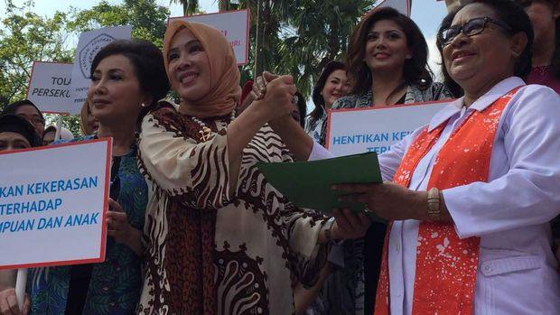 Istri Kapolri Jenderal Tito Karnavian, Tri Suswati dan Menteri Pemberdayaan Perempuan dan Perlindungan Anak (PPA) Yohana Yambise