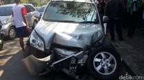 Mobil Ringsek karena Tabrak Plang, Lalin Warung Buncit Tersendat