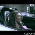 Si Cantik Luna Maya Kendarai Mobil Sport Puluhan Miliar