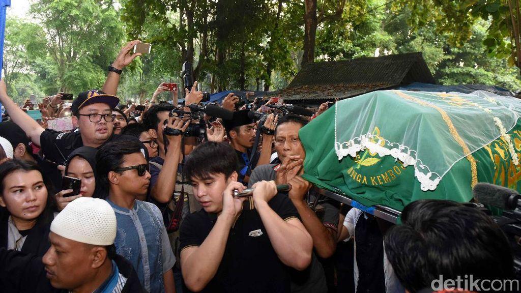 Fans Masih Kerubungi Makam, Cerita Kagumi Soal Jupe Bangun Musala