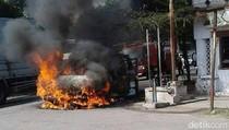 Kendaraan Roda Empat Terbakar di Jombang
