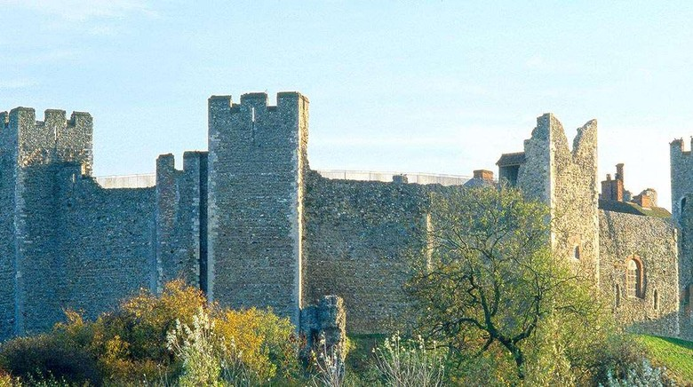 Kastil Framlingham, yang muncul dalam video clip Castle on the Hill (Youtube)