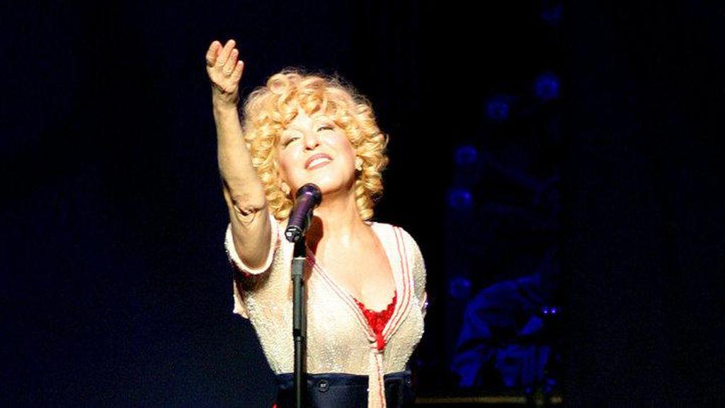 Berperan Sebagai Dolly, Bette Midler Akhirnya Menang Tony Awards