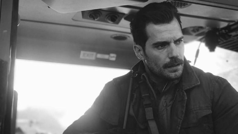 Henry Cavill Beraksi di Atas Helikopter untuk Mission: Impossible 6