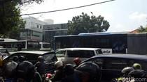 TransJ Warung Buncit-Kuningan Macet Parah, Penumpang Turun di Jalan