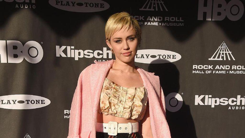 Miley Cyrus Rilis Sneakers Bersama Converse