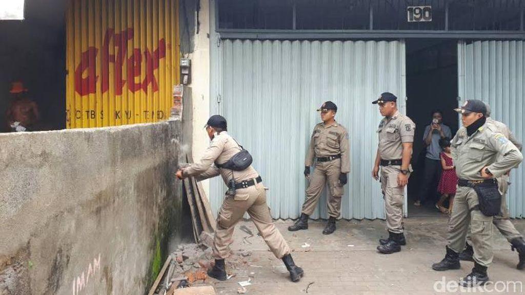 Pembongkaran Bangli untuk Pelebaran Jalan Pandigiling Dilanjutkan