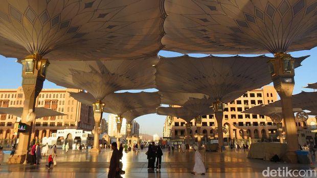 Sunrise memantul di teras Masjid Nabawi (Fitraya/detikTravel)