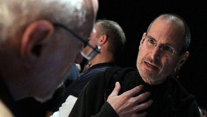 Walt Mossberg dengan Steve Jobs saat peluncuran iPad. Foto: Internet