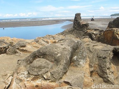 Long Weekend ke Padang, Yuk Lihat Batu Malin Kundang