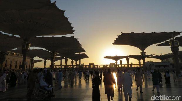 Payung Masjid Nabawi menjadi siluet cantik (Fitraya/detikTravel)