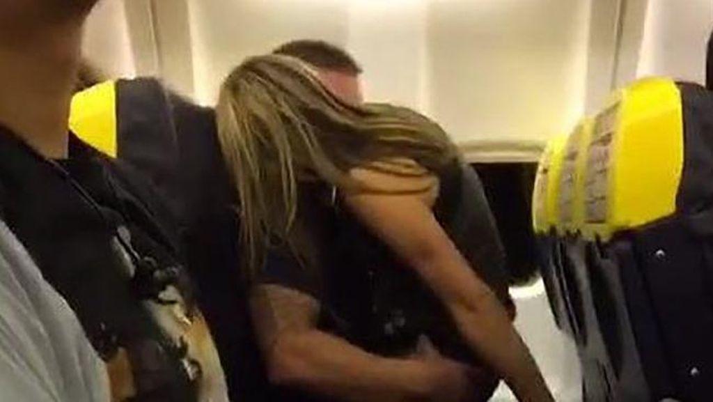 Astaga! Traveler Kepergok Selingkuh & Mesum di Pesawat