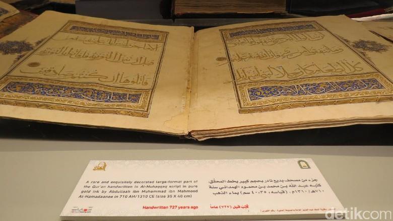 Foto: Al Quran yang ditulis dengan tinta emas di Madinah (Fitraya/detikTravel)