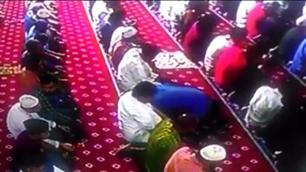 Screenshot video detik-detik Izhar meninggal saat salat di Masjid Al Ittihad.