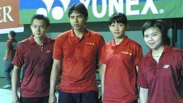 Anindya Kusuma Putri (kedua dari kanan) bersam Greysia Polii (ujung kanan) pada Kejuaraan Nasional 2008 di Tennis Indoor Senayan, Jakarta