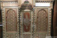 Lemari Al Quran dari kayu, gading dan mutiara (Fitraya/detikTravel)