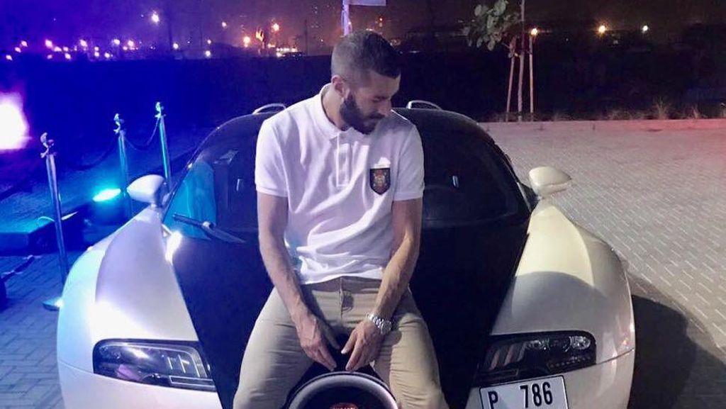 Karim Benzema Berpose dengan Mobil Polisi Tercepat Dunia