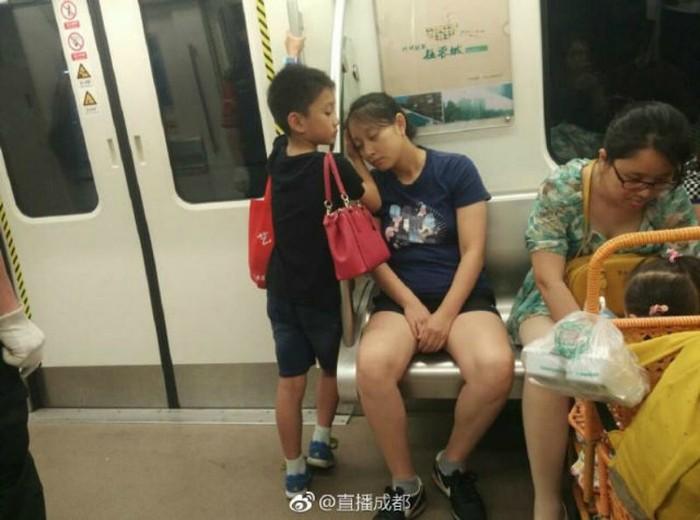Anak jadi sandaran ibunya. Foto: Weibo