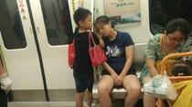 Foto Bocah Jadi Bantal Ibunya yang Lelah Bikin Netizen Haru