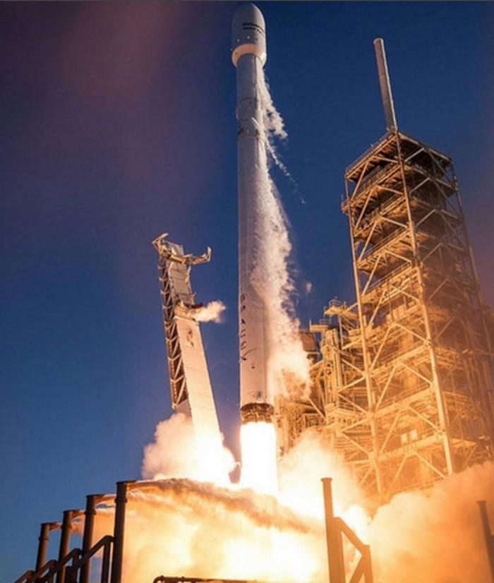 Di akun Instagram yang sudah difollow 1,9 juta orang, Elon sering memamerkan peluncuran roket dari perusahaan roket milknya, SpaceX. Foto: Instagram/elonmusk