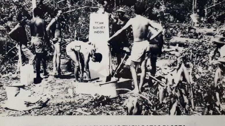 Foto tahun 1967, saat Tugu Perbatasan Indonesia-Papua Nugini MM 13 dibuat (Afif/detikTravel)