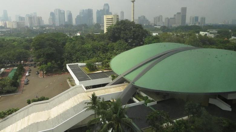 Cerita Soal Gedung DPR Miring dan Seringnya Lift Anjlok