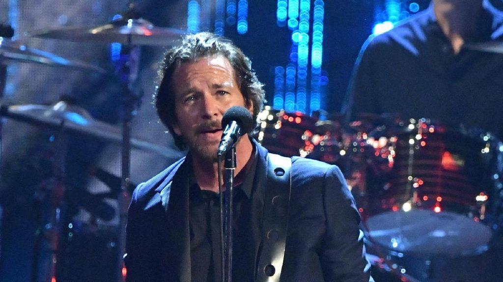 Eddie Vedder Beri Penghormatan Pada Michele Anthony