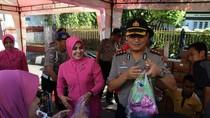 Tekan Harga, Polisi di Jember Jual Sembako Harga Miring