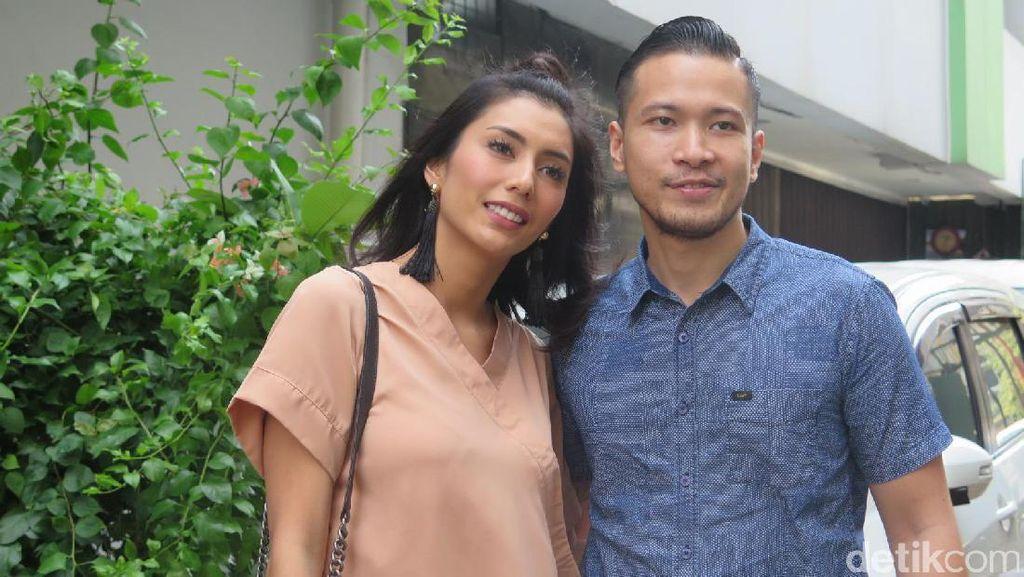 Kekasih Tyas Mirasih Fitting Baju, Luna Maya Sumbang Buku Yasin di Tahlilan Jupe