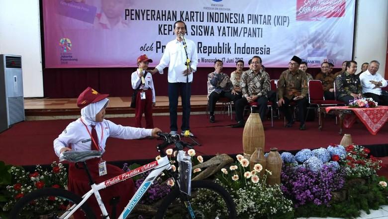 Ketika Bocah SD Baca Puisi Berjudul Sepeda untuk Jokowi